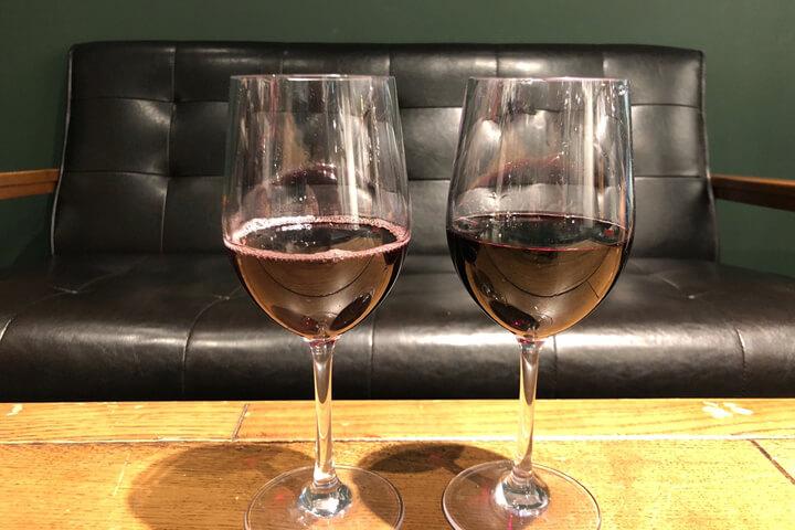 2つのワインを並べて比較