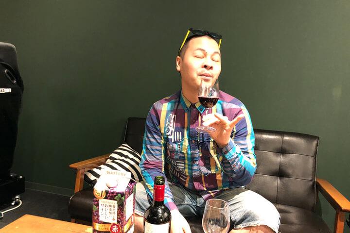 グラスのワインの臭いをかぐ