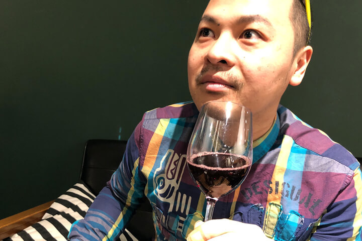 ストロングワインを味わっている画像